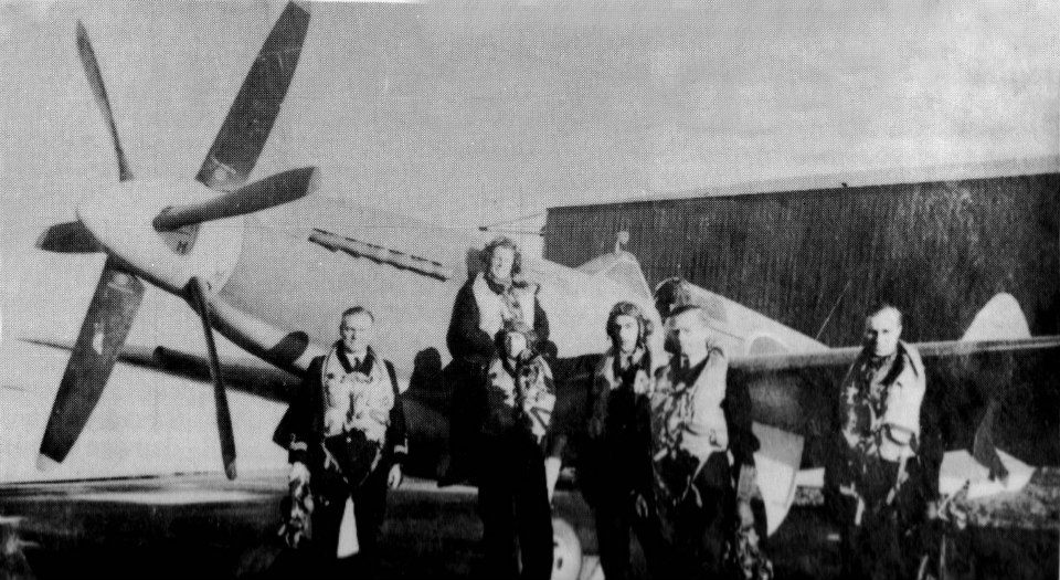 Test pilots with seafire 1945.jpg