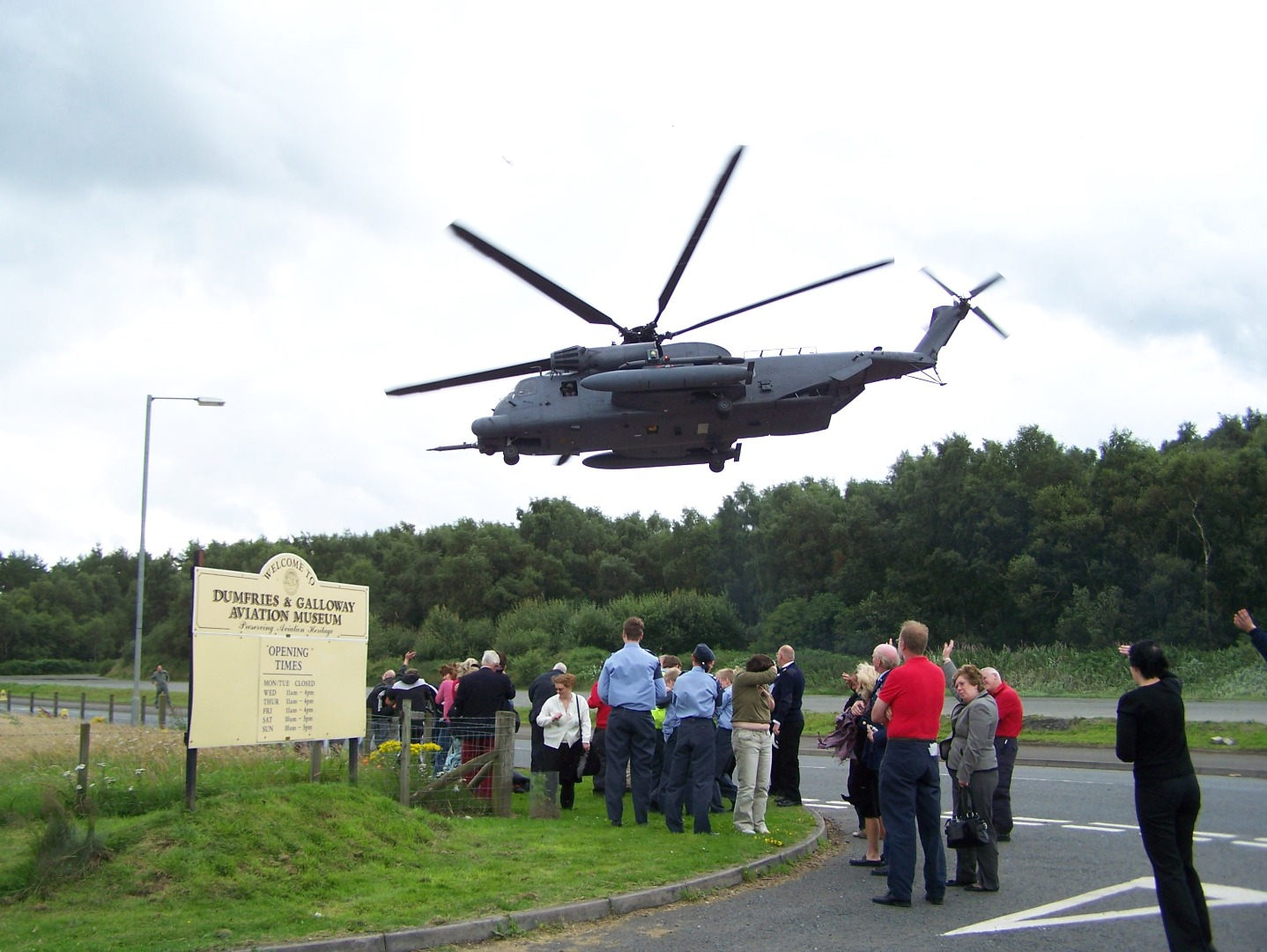 007Sikorsky MH-53 taking off from former runway section and flying over museum (27:07:2007).JPG