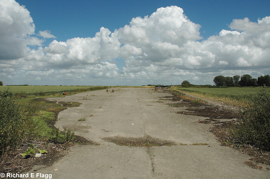 004Runway 09:27. Looking east - 5 July 2008.png