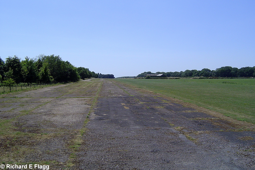 002Runway 04:22 (Now 05:23). Looking south west from the services access road - 15 July 2006.png