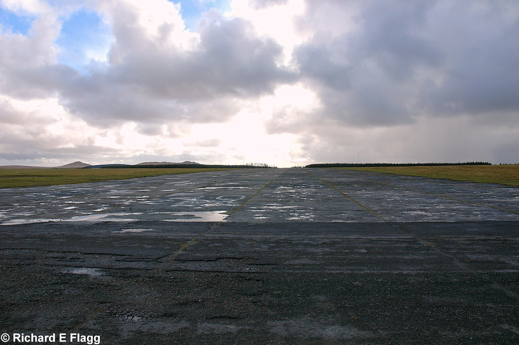 009Runway 03/21. Looking south from the runway 21 threshold - 4 March 2009.png