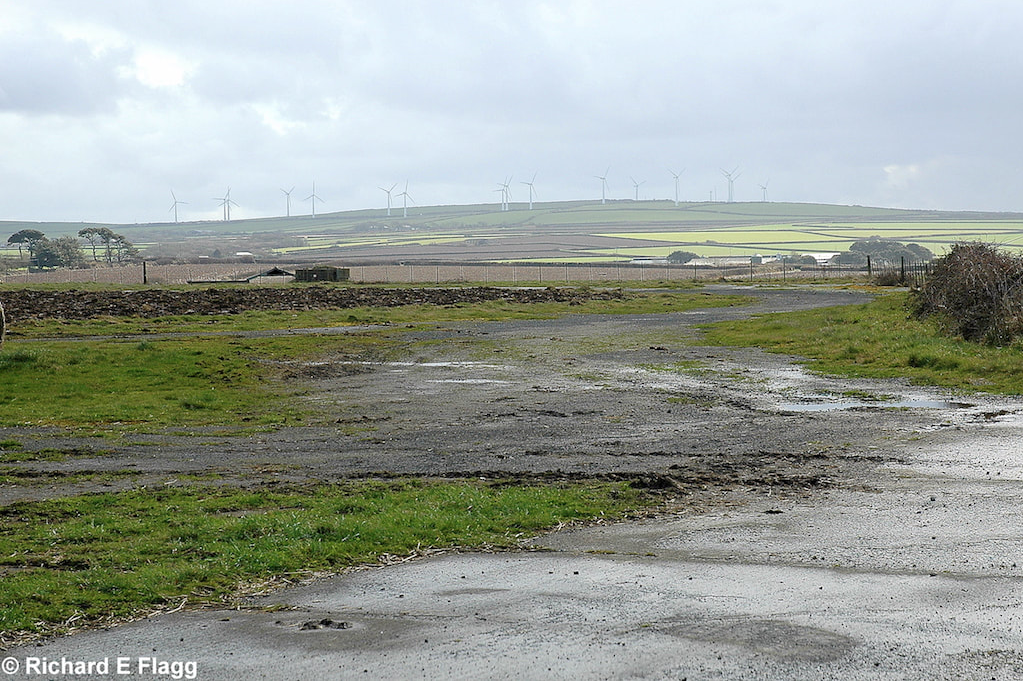 001Taxiway at the west of the airfield. Looking south at the runway 05 threshold - 4 March 2009.png