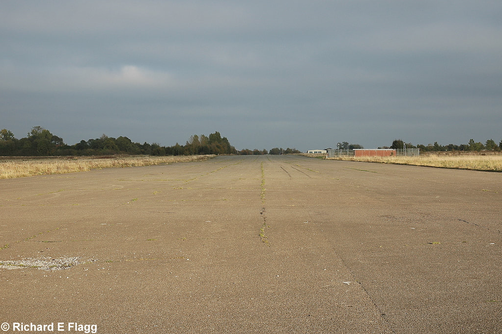 001Runway 10:28. Looking east from the midpoint of the runway - 13 October 2007.png