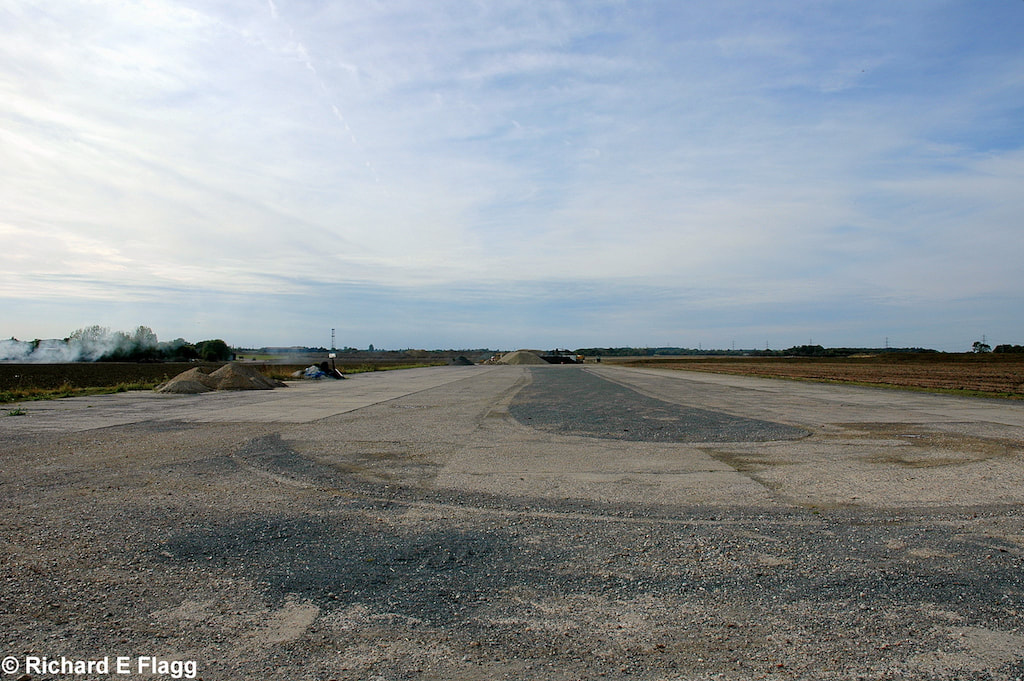 009Runway 10:28. Looking west from the runway 28 threshold - 30 September 2007.png