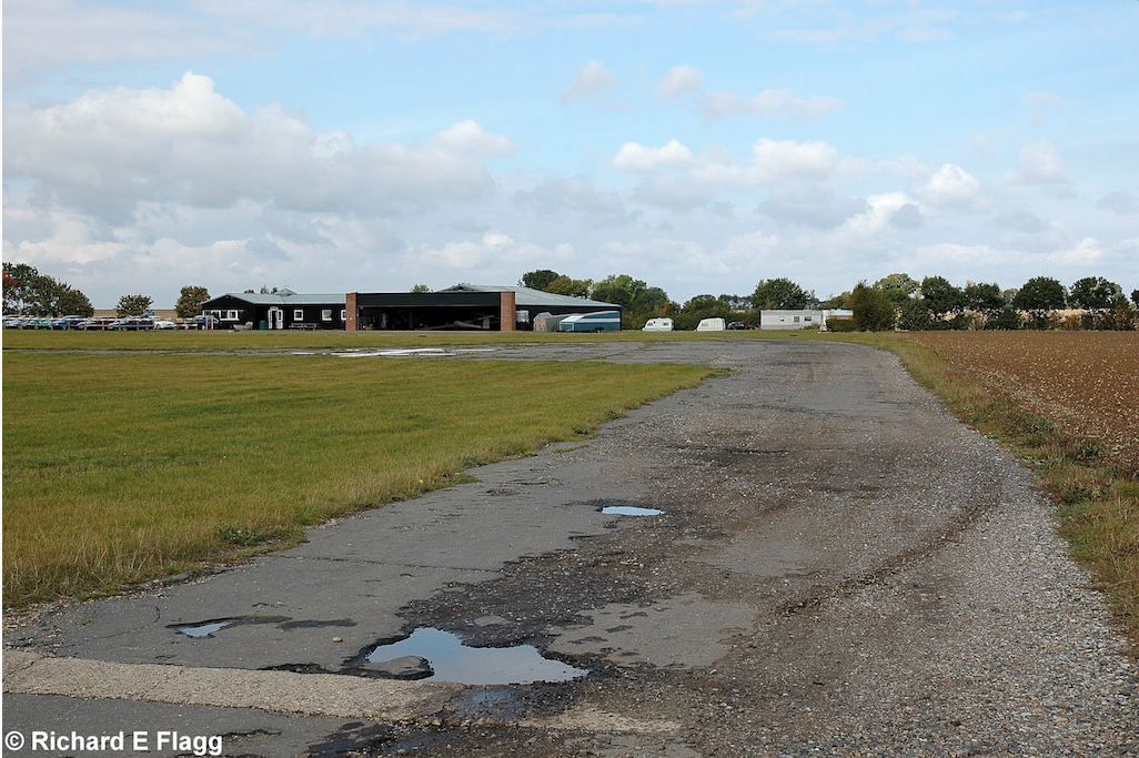 002Taxiway at the east of the airfield. Looking north at the runway 27 threshold - 29 September 2007.png