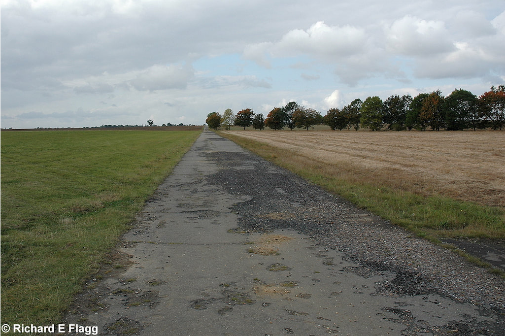 004Taxiway at the north of the airfield. Looking west from near the gliding club - 29 September 2007.png