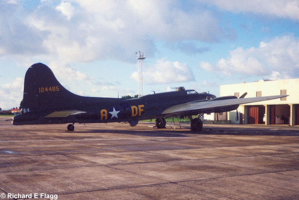 001Boeing B-17G Flying Fortress  - 5 October 1998.png