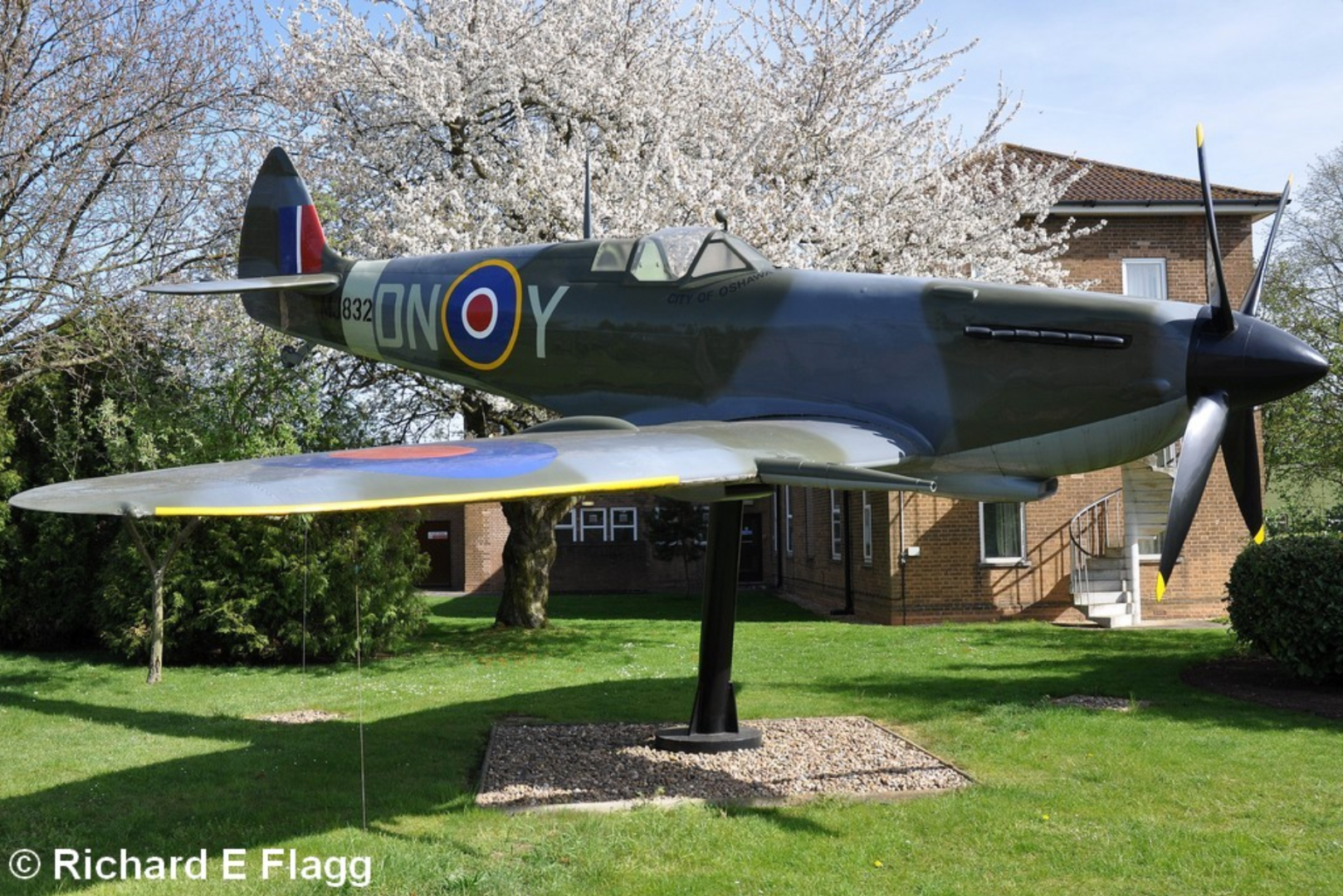 005Gate Guard. Supermarine Spitfire FSM (MJ832) - 10 April 2011.png