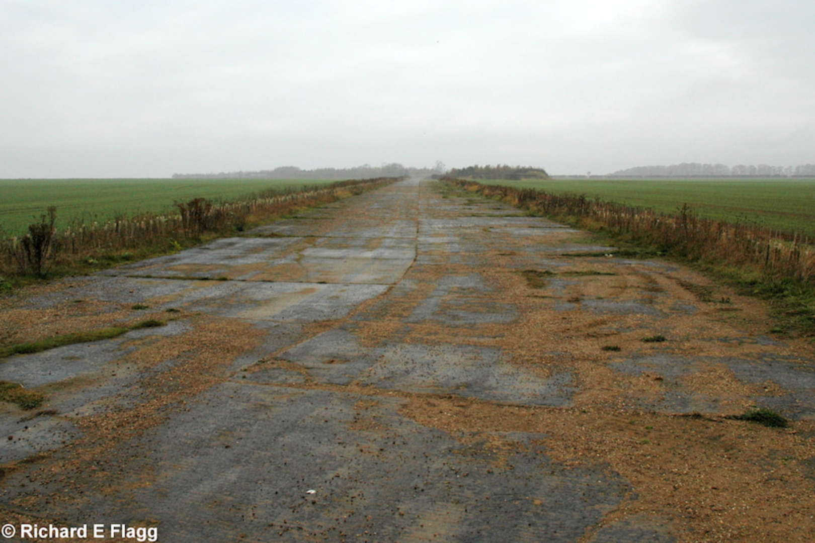 002Taxiway at the north of the airfield. Looking west from High Dike Road - 27 November 2007.png