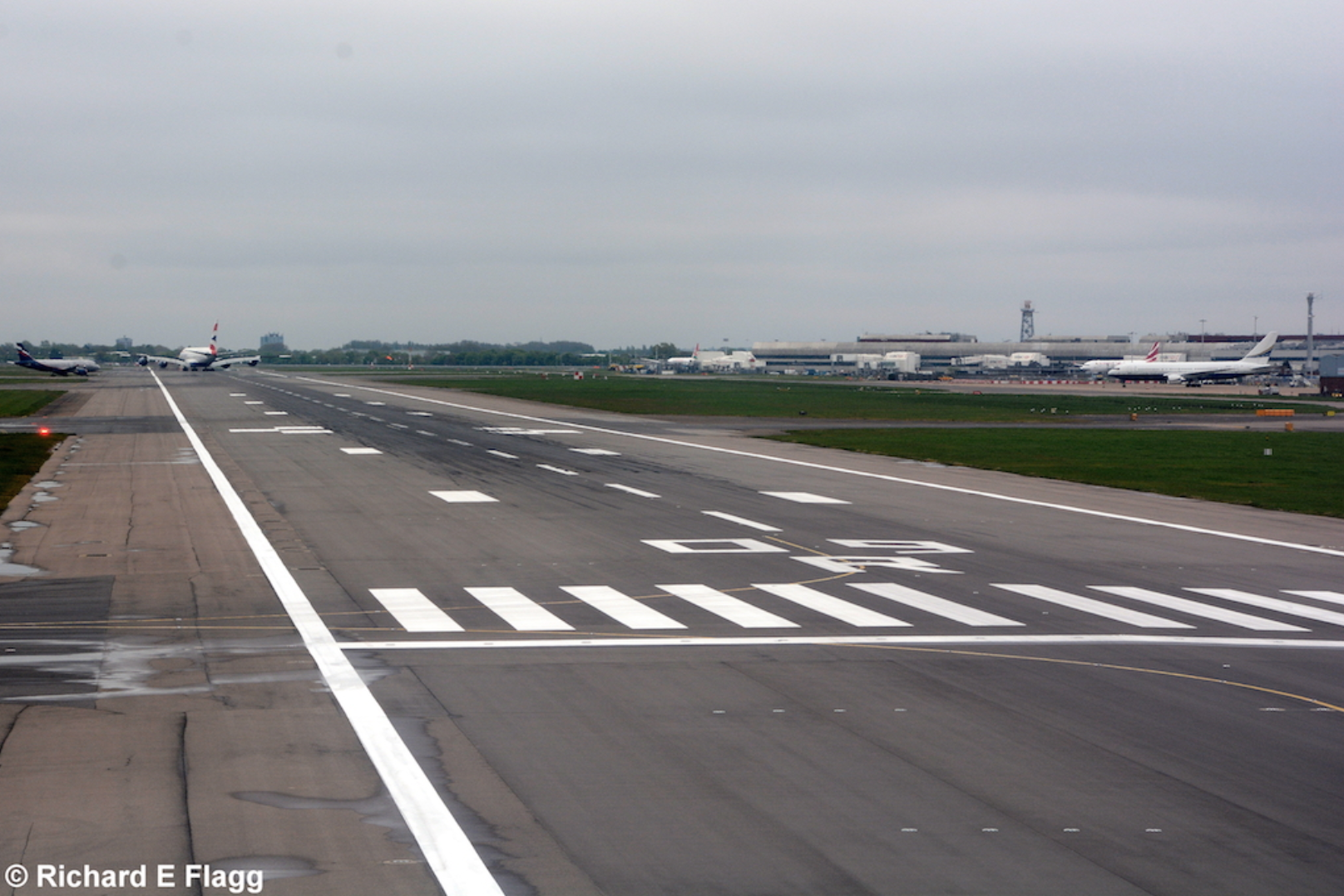 011Runway 09R:27L. Looking east from the runway 09R threshold - 26 April 2015.png