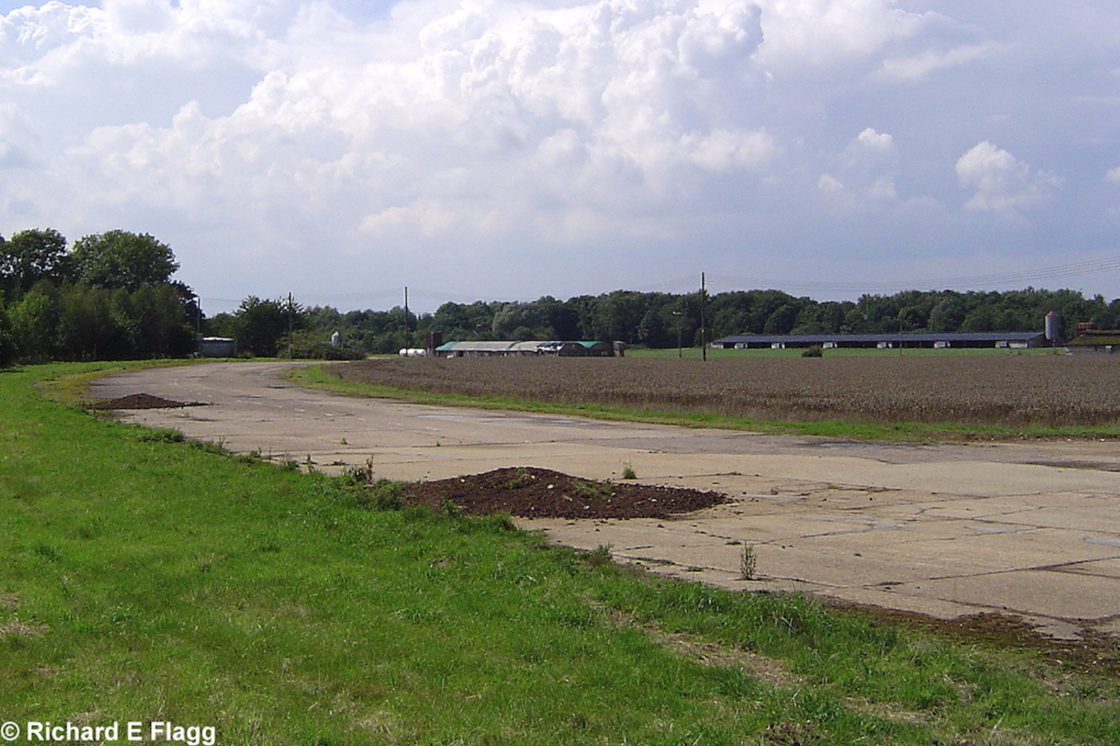 003Taxiway at the east of the airfield. looking south from runway 14:32 - 17 August 2006.png