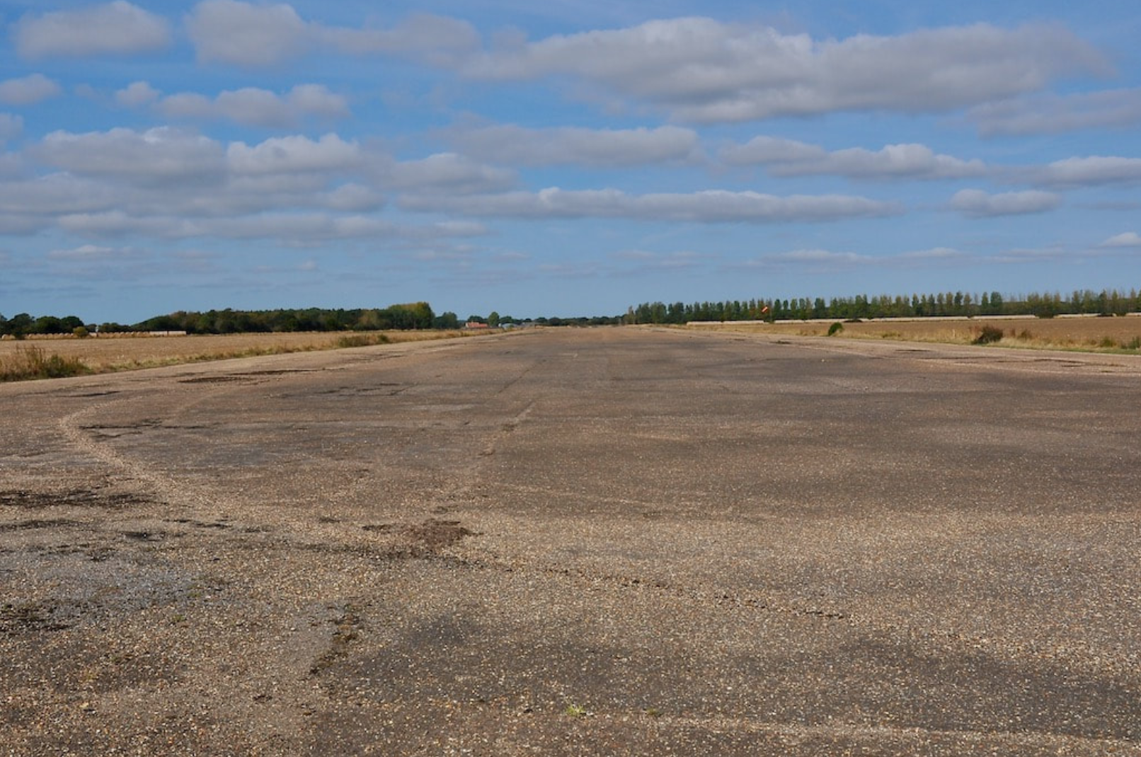 007Runway 14:32. Looking north west from the runway 32 threshold - 20 September 2009.png